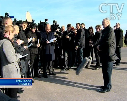 The photo. Lukashenko is communicating with reporters in the Pruzhany district of the Brest region